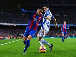 Neymar (l.) wird im Lokalderby gegen Espanyol von Aarón (r.) in Bedrängnis gebracht. (18.12.2016)