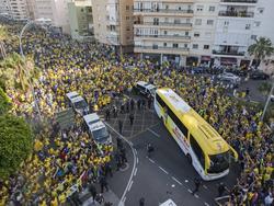 Afición gaditana arropando al autobús del Cádiz (Foto: Imago)