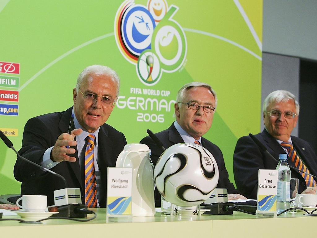 Franz Beckenbauer (l.), Horst R. Schmidt (M.) und Theo Zwanziger auf einer Pressekonferenz kurz vor der WM 2006