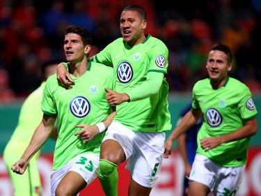 Mario Gomez (l.) schießt den VfL Wolfsburg ins Achtelfinale