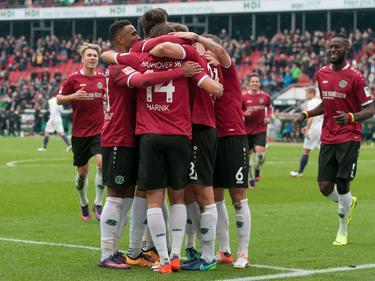 Hannover 96 feiert den Führungstreffer gegen Aue