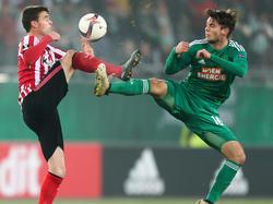 Javier Eraso und Philipp Malicsek im Zweikampf um den Ball. Das Spiel Rapid Wien gegen Athletic Club endete 1:1