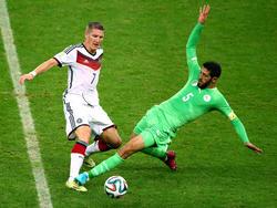 Bastian Schweinsteiger (l.) im Zweikampf mit Algeriens Rafik Halliche
