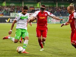 Halle verpflichtet Hilal El-Helwe (l.) vom VFL Wolfsburg