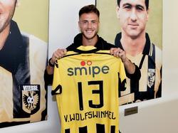Ricky van Wolfswinkel keert terug bij Vitesse, de club waar hij een doorbraak kende in het profvoetbal. Na buitenlandse avonturen tekent hij op 27-jarige leeftijd bij zijn oude liefde. De aanvaller presenteert hier trots het shirt waarin hij het seizoen 2016/2017 te zien zal zijn.