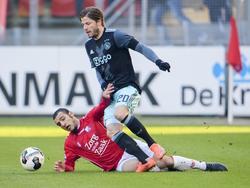 Yassin Ayoub (l.) is net te laat met zijn tackle op Lasse Schöne (r.). (22-01-2017)