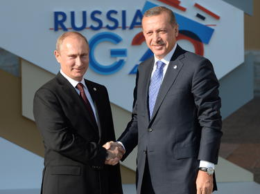 Vladimir Putin (l.) wird nicht zum Spiel der russischen Nationalelf in die Türkei reisen