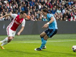 Nick Viergever (l.) speelt Giovanni Troupée door de beentjes tijdens Ajax - FC Utrecht. (02-10-2016)