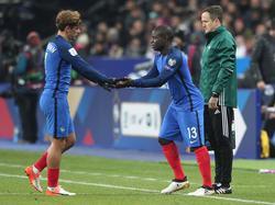 Antoine Griezmann (l.) muss das nächste Spiel von draußen verfolgen