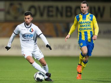Stefano Lilipaly (l.) laat Vlatko Lazić (r.) achter zich tijdens het competitieduel SC Telstar - RKC Waalwijk (13-01-2017).