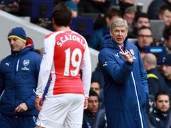 Cazorla recibe instrucciones de Wenger en febrero de 2015. (Foto: Getty)