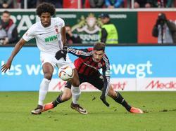 Ingolstadts Mathew Leckie (r.) versucht Augsburgs Caiuby zu stoppen