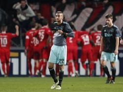 Hakim Ziyech (l.) en Joël Veltman (r.) treuren, terwijl FC Twente de late treffer viert. (11-12-2016)