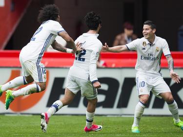 Isco (centro) es felicitado por Marcelo y James por su segundo gol. (Foto: Getty)