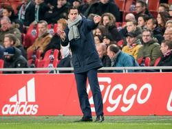 FC Groningen-trainer Ernest Faber geeft zijn ploeg aanwijzingen tegen Ajax. (04-12-2016)