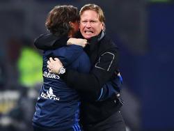 HSV-Coach Markus Gisdol (r.) war nach dem Erfolg gegen Augsburg mehr als erleichtert