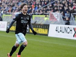Lasse Schöne schreeuwt het uit van vreugde als hij zojuist Ajax op 0-1 heeft geschoten tegen FC Utrecht. (22-01-2017)