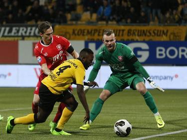 Abdul Ajagun (m.) heeft zich tijdens Roda JC - FC Twente langs Dejan Trajkovski (l.) gewerkt, maar moet nu ook nog Nick Marsman (r.) passeren. (17-03-2017)