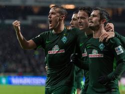 Max Kruse (li.) war mit vier Scorerpunkten gegen Hannover 96 der Bremer Matchwinner