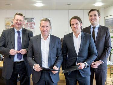 Andreas Köpke (2.v.l.) und Thomas Schneider (2.v.r.) haben ihre Veträge verlängert