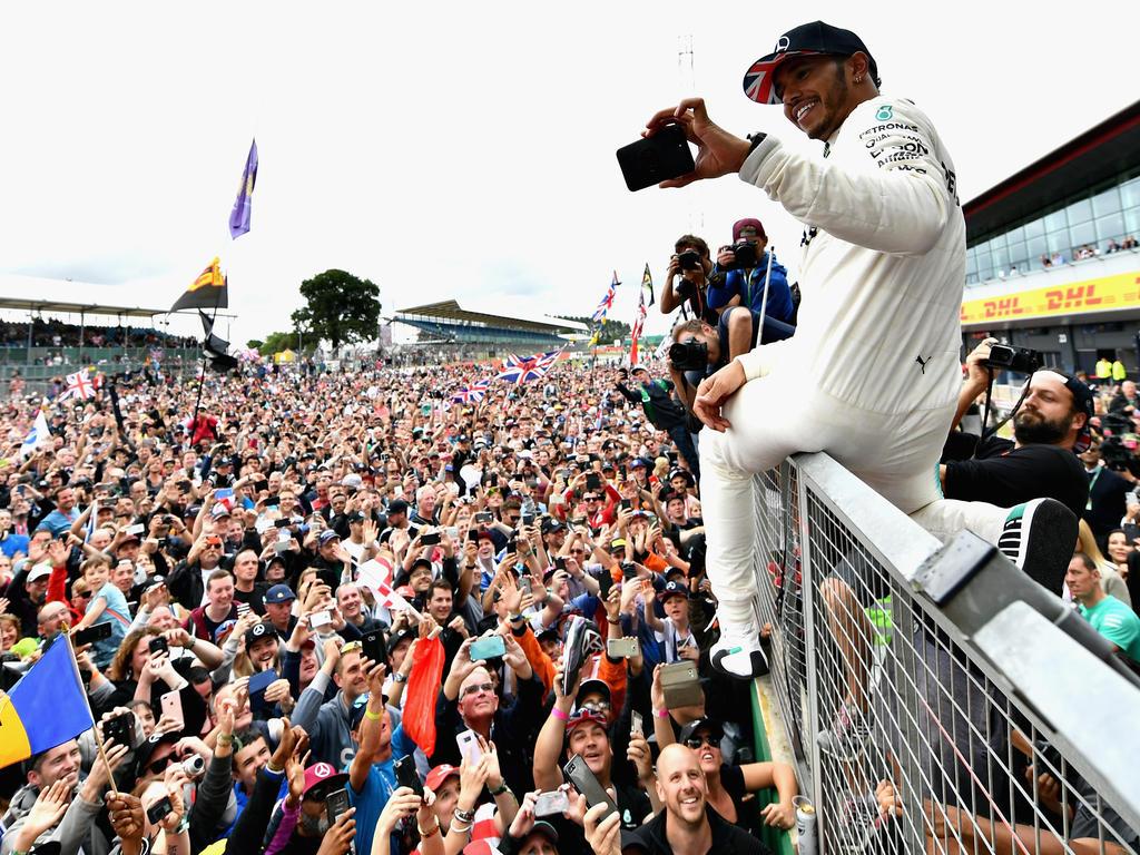 Doch wieder Fanliebling: Lewis Hamilton lässt sich nach seinem Sieg feiern
