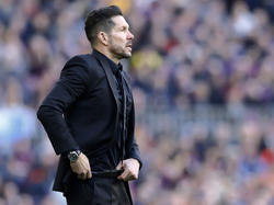 Obwohl er nicht an der Seitenlinie stehen darf, sorgt Diego Simeone für Ärger