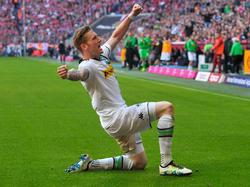 André Hahn jubelt über seinen Treffer zum 1:1 beim FC Bayern