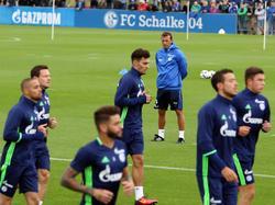 Weinzierl (hinten) leitet sein erstes Training auf Schalke