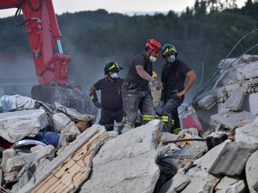 Operarios de emergencias buscan supervivientes en los escombros del pueblo de Amatrice. (Foto: Getty)