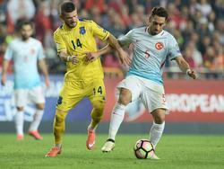 Valon Berisha im Zweikampf mit dem Türken Hakan Çalhanoğlu