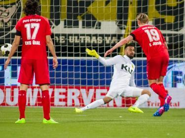 Fredrik Jensen zet FC Twente op 0-2 op bezoek bij Roda JC Kerkrade. Enes Ünal kijkt toe (17-03-2017).