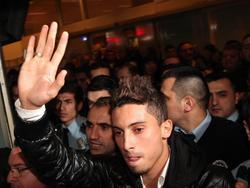 Fans van de Turkse club Galatasaray verwelkomen Alex Telles op het vliegveld. (17-01-2014)