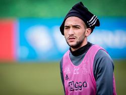 Hakim Ziyech houdt zijn hoofd op een wel heel bijzondere manier warm. (16-12-2016)
