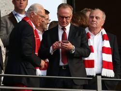 Karl-Heinz Rummenigge, gemeinsam mit Franz Beckenbauer (l.) und Uli Hoeneß (r.) beim Pokalfinale in Berlin