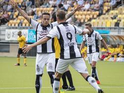 Heracles-aanvaller Jaroslav Navratil (l.) heeft de 0-1 gescoord tegen Roda JC. Collega-aanvaller Paul Gladon (r) viert het feest mee. (07-08-2016)