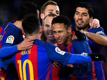 Torschütze Neymar (M.) wird von seinen Kollegen geherzt