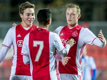 Carel Eiting (l.), Justin Kluivert (m.) en doelpuntenmaker Kaj Sierhuis (r.) vieren de 1-0 van Jong Ajax tegen FC Eindhoven. (24-02-2017)