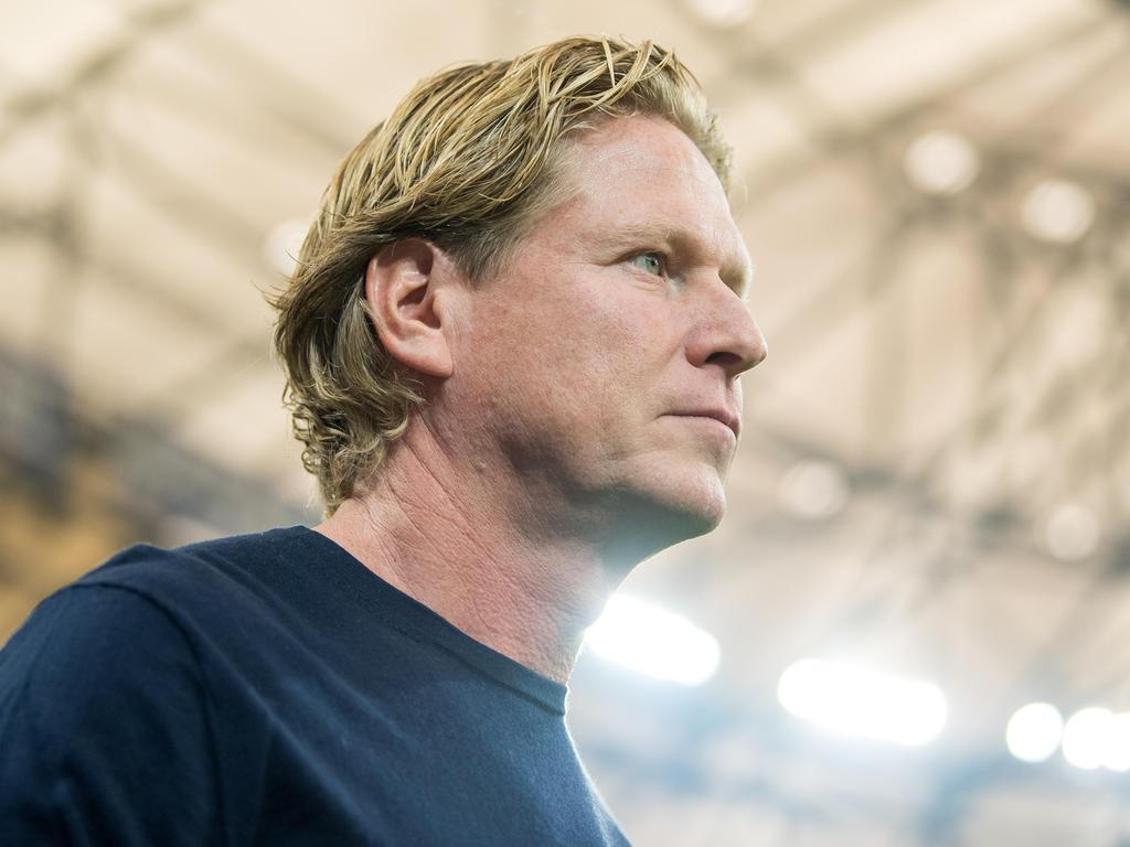 Markus Gisdol blickt konzentriert auf das Spiel gegen den BVB