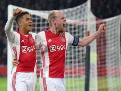 Doelpuntenmaker Davy Klaassen (r.) viert zijn doelpunt met de man van de assist, Justin Kluivert (l.). (13-04-2017)