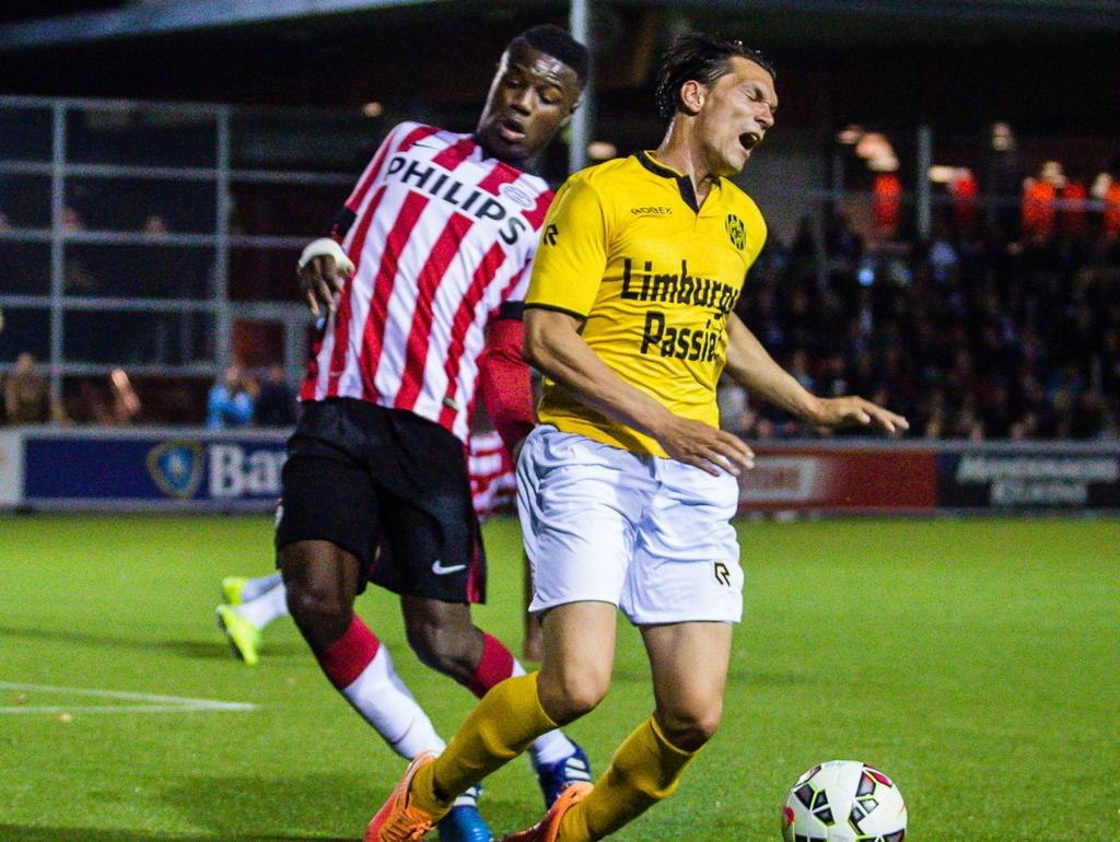 Augustine Loof (l.) legt Danny Schreurs neer in de zestien en de scheidsrechter legt de bal op de stip tijdens Jong PSV - Roda JC. (20-04-2015)