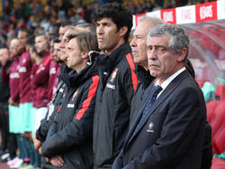 Portugals Nationaltrainer Santos (r.) glaubt daran, dass Cristiano Ronaldo rechtzeitig zur EM fit ist