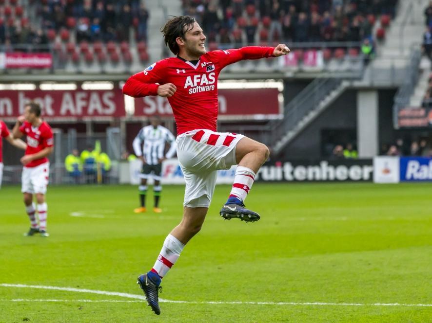 Joris van Overeem heeft net AZ op zeer fraaie wijze 3-0 voor gezet tegen ADO Den Haag. Hij viert zijn eigen feestje.