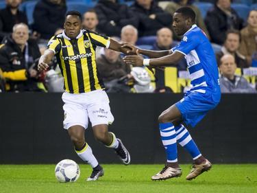 Vitesse-aanvaller Renato Ibarra (l.) wil er met de bal vandoor, terwijl Sheraldo Becker (r.), de buitenspeler van PEC Zwolle, hem probeert tegen te houden. (27-01-2016)