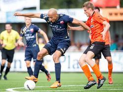 Berry Powel (l.) vecht een duel uit met Bennie van Noord (r.) tijdens het competitieduel Katwijk - Kozakken Boys (17-09-2016).