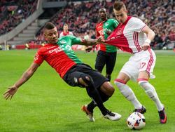 Mikael Dyrestam (l.) probeert Vaclav Černý (r.) de bal te ontfutselen tijdens Ajax - NEC. (20-11-2016)