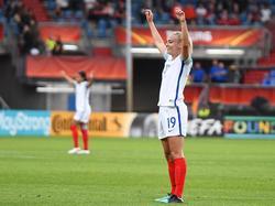 Toni Duggan heeft gescoord voor de Engelsen, waarna zij de felicitaties in ontvangst kan nemen. (27-07-2017(