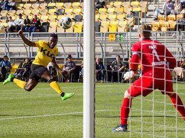Abdul Ajagun krijgt de bal op de volley en schiet de bal artistiek richting het doel van FC Groningen-doelman Sergio Padt. (12-03-2017)