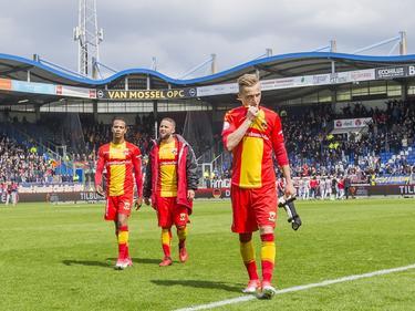 Jarchinio Antonia, Rochdi Achenteh en Marcel Ritzmaier (v.l.n.r.) druipen teleurgesteld af na de 2-0 nederlaag tegen Willem II. Degradatie lijkt onomkeerbaar. (16-04-2017)