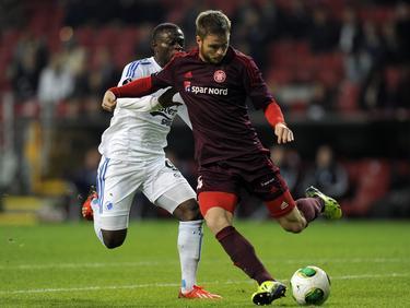 Lasse Nielsen (r.) in duel met Igor Vetokele (l.) tijdens FC København - Aalborg. (20-10-2013)