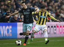Nick Viergever (l.) wordt in de beginfase van de wedstrijd Vitesse - Ajax flink onder druk gezet door Milot Rashica (r.). (19-02-2017)